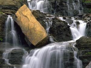 Gran roca en la cascada