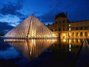 Luces en el Museo del Louvre (París)