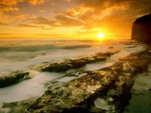 Brillante sol iluminando la costa