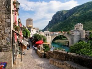 Calle empedrada junto al Puente Viejo de Mostar (Bosnia)