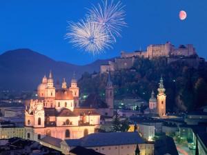Fuegos artificiales sobre el Centro histórico de la ciudad de Salzburgo (Austria)