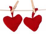 Dos corazones colgados de una cuerda