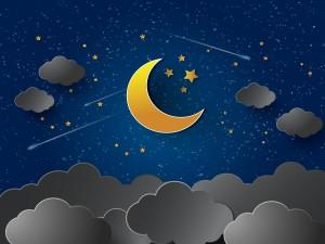 Cielo nocturno con la luna creciente, estrellas fugaces y nubes