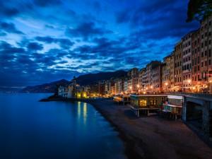 El hermoso pueblo costero de Camogli (Liguria, Italia)