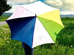 Bajo un paraguas en verano