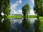 Lago entre los campos verdes