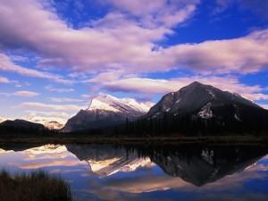 Montañas reflejadas en los lagos Vermilion (Canadá)