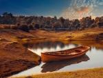 Bote de madera en un lago durante el otoño