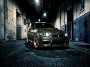 BMW M3 en un callejón