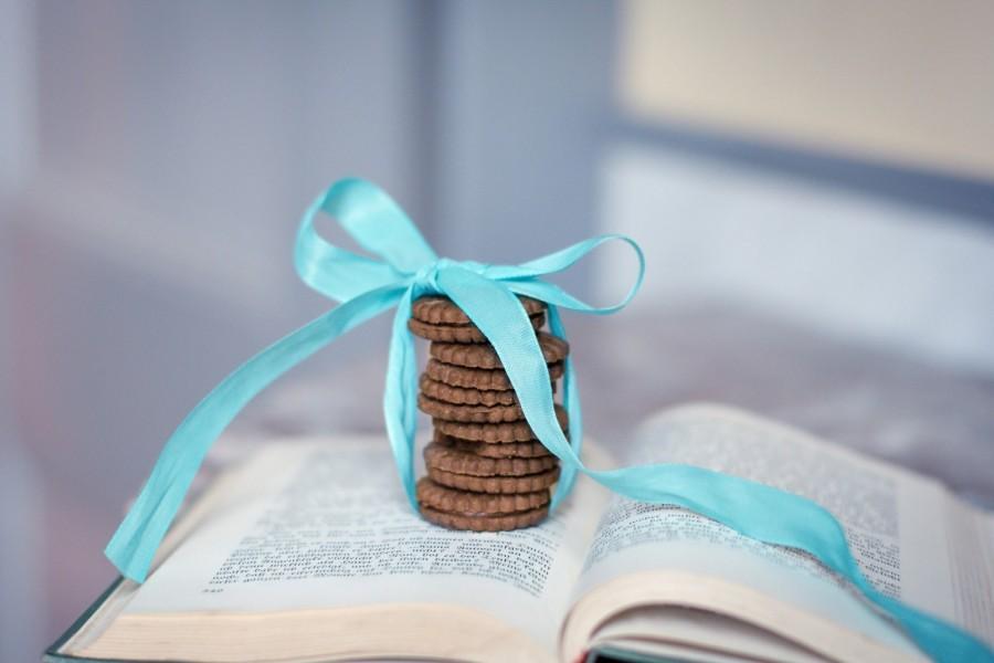 Lazo azul envolviendo unas galletas de chocolate