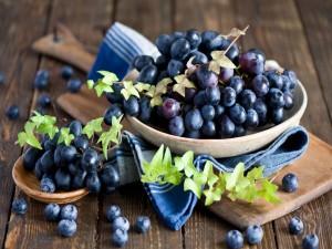 Uvas negras y arándanos