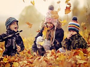Niños divirtiéndose en otoño