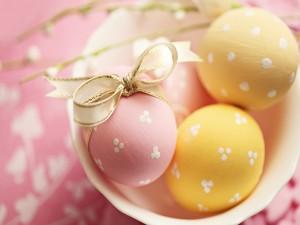 Bonitos huevos pintados para Pascua