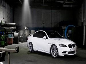 BMW blanco en un garaje