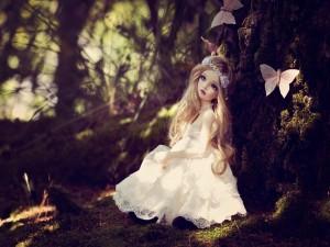Muñeca rodeada de mariposas en primavera