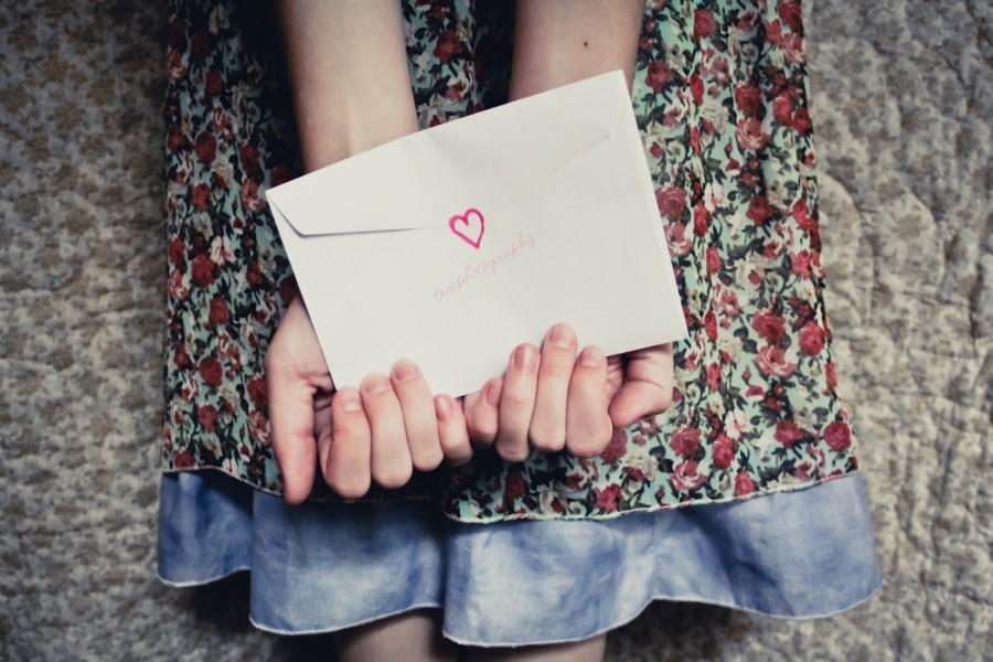 Sosteniendo una carta de amor