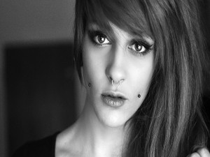 Chica con piercings en la cara