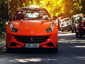 Ferrari FF naranja aparcado en una calle