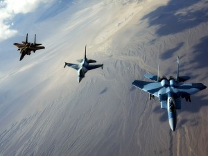 Tres aviones de combate en el aire