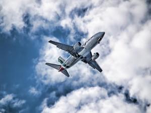 Avión volando bajo las nubes