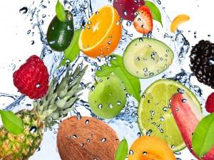 Frutas frescas en el agua
