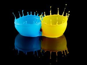 Salpicaduras de pintura color amarillo y azul