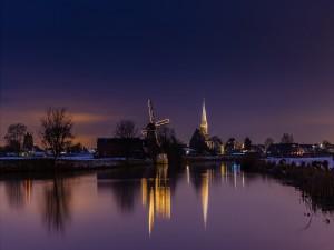 Molino e Iglesia iluminados junto al agua
