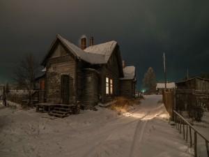 Casa en una noche sombría de invierno