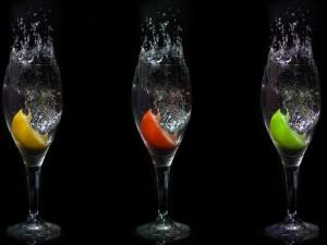 Trozos de frutas en una copa con agua