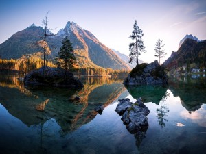 Población a orillas de un tranquilo lago