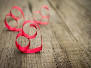 Corazones rojos de papel