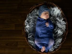 Bebé durmiendo en un cesto