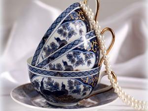Collar de perlas sobre unas bonitas tazas de té