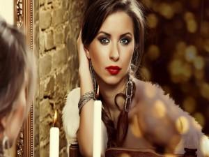 Bella mujer mirándose al espejo