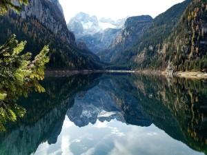 Bello y tranquilo lago entre grandes montañas