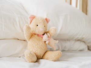 Ositos de peluche sobre la cama