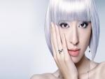 Chica guapa con el pelo blanco