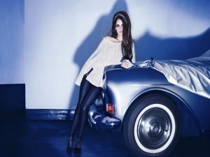 Lana Del Rey junto a un coche clásico