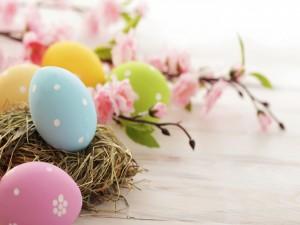 Huevos de Pascua pintados de bonitos colores
