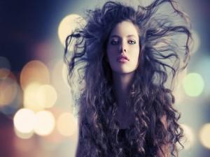 Guapa modelo con el pelo rizado