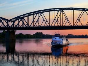 Barco cruzando por debajo de un puente