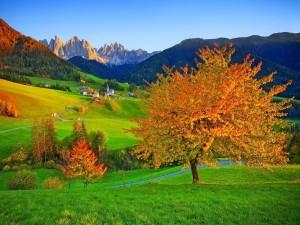 Vista de Funes en otoño (Italia)
