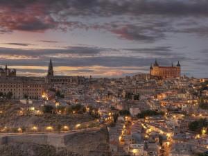 Vista de la ciudad de Toledo iluminada (España)