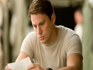 El actor y modelo Channing Tatum leyendo una carta