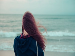 Chica contemplando el mar