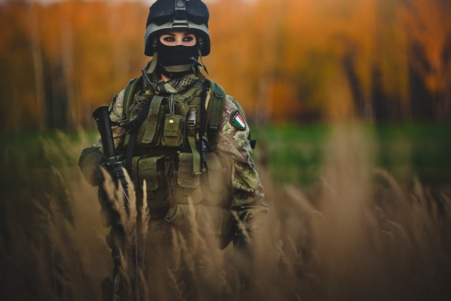 Mujer soldado de las fuerzas armadas de Italia