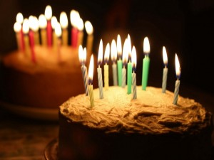 Velas de cumpleaños encendidas sobre las tartas