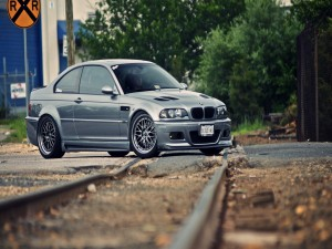 BMW M3 sobre la vía del tren