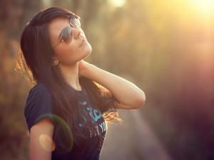 Hermosa morena con gafas de sol