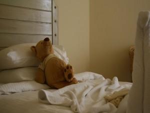 Oso de peluche sobre la cama